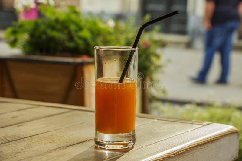 Frischer Orangensaft mit Minze in einer Glasschüssel auf einer dunklen Platte Orangensaft auf einem dunklen Hintergrund, Draufsic lizenzfreie stockfotografie
