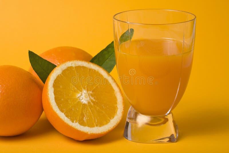 Frischer Orangensaft und Früchte lizenzfreie stockfotos