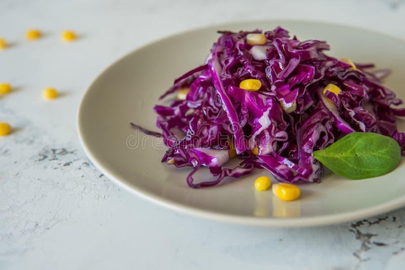 Frischer Rotkohlsalat mit Mais Vegeterian und Diätlebensmittel stockbilder