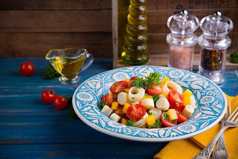 Frischer Salat des Herzens der Palme, der Kirschtomaten, des gelben grünen Pfeffers, des Knoblauchs und der Petersilie auf hölzer stockfoto