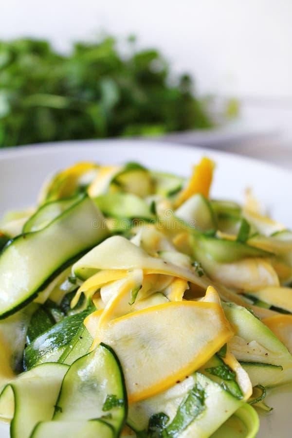 Frischer Salat des Zucchini- oder Zucchinisommers stockfoto