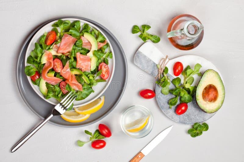 Frischer Salat gemacht von den Lachsen, von den Tomaten und von der Avocado stockbild