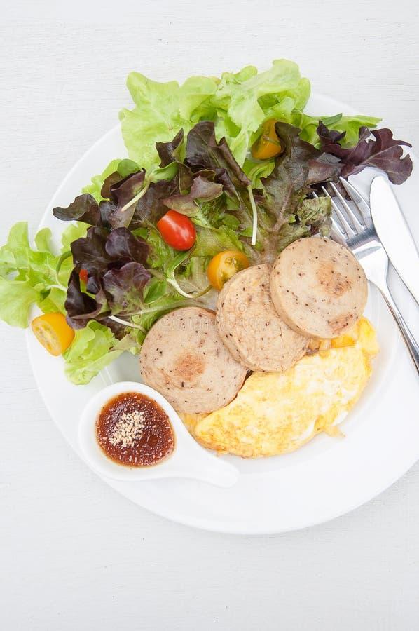 Frischer Salat mit Behandlung des indischen Sesams der japanischen Art und Huhn-saus lizenzfreie stockfotografie