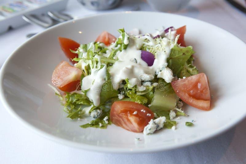 Frischer Salat mit Blauschimmelkäse und Tomaten lizenzfreie stockbilder