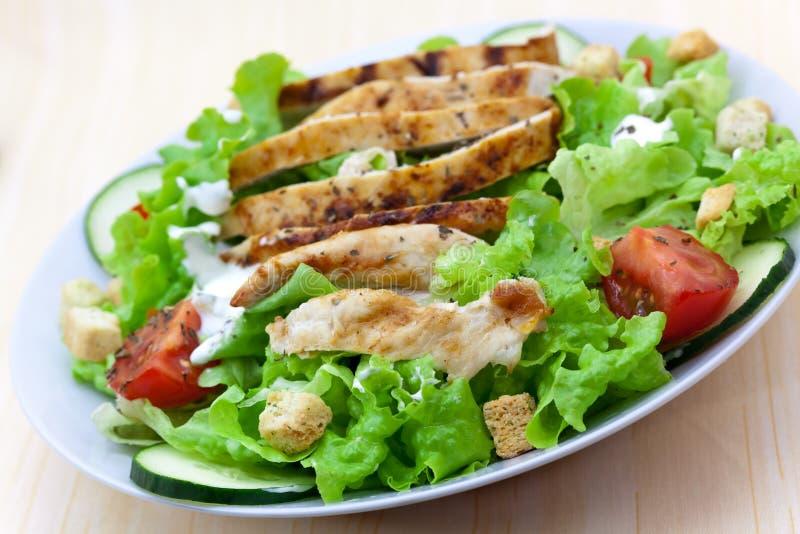Frischer Salat mit der Huhnbrust, -kopfsalat und -tomate stockfoto