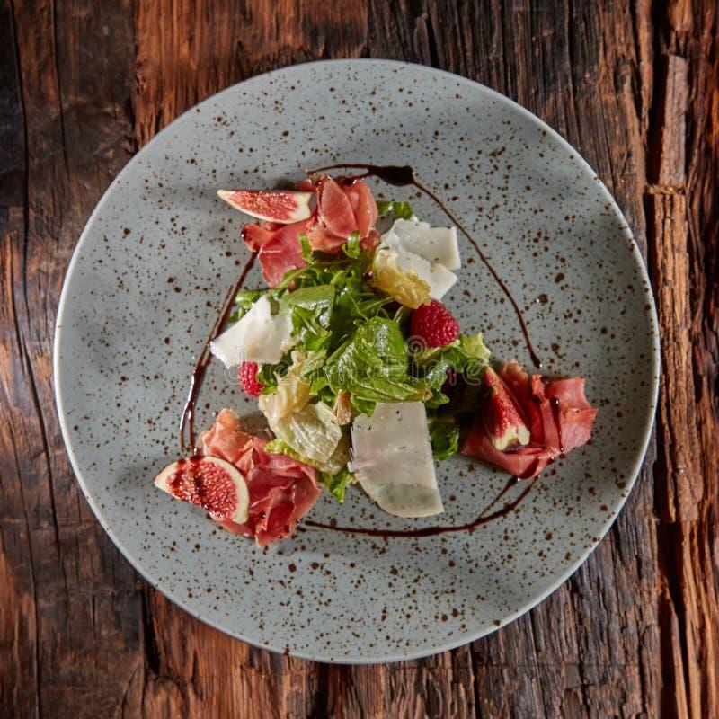 Frischer Salat mit Feigen, Prosciutto und Ziegenkäse stockfoto
