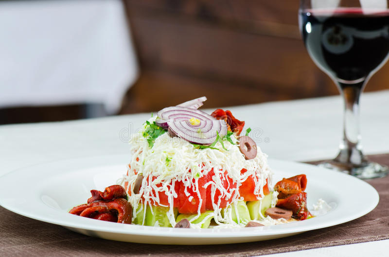 Frischer Salat mit Glas Wein lizenzfreie stockfotografie