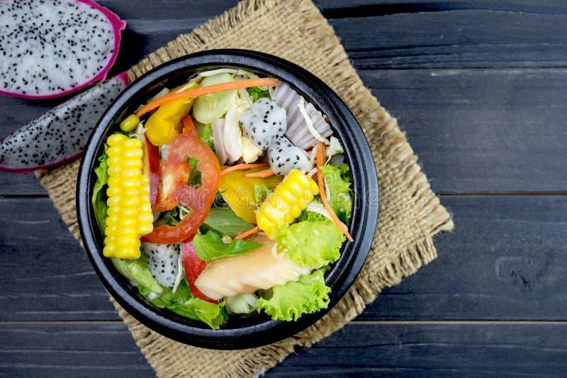 Frischer Salat mit Huhn, Tomaten und Mischgrüns, Feldsalat, lizenzfreies stockfoto