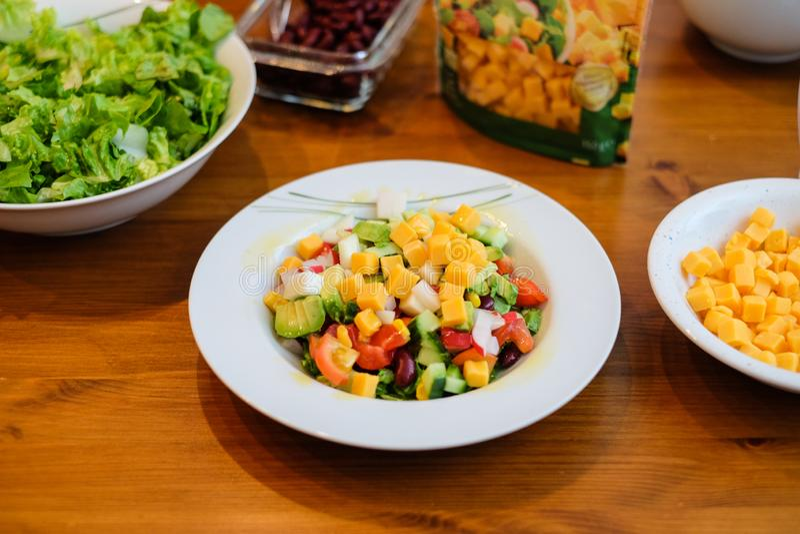 Frischer Salat mit Käse für eine gesunde und Hüftendiät stockbild
