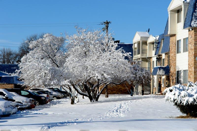 Frischer Schnee an den Wohnungen stockbilder