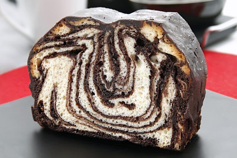 Frischer Schokoladenmischungskuchen auf Platte lizenzfreies stockfoto