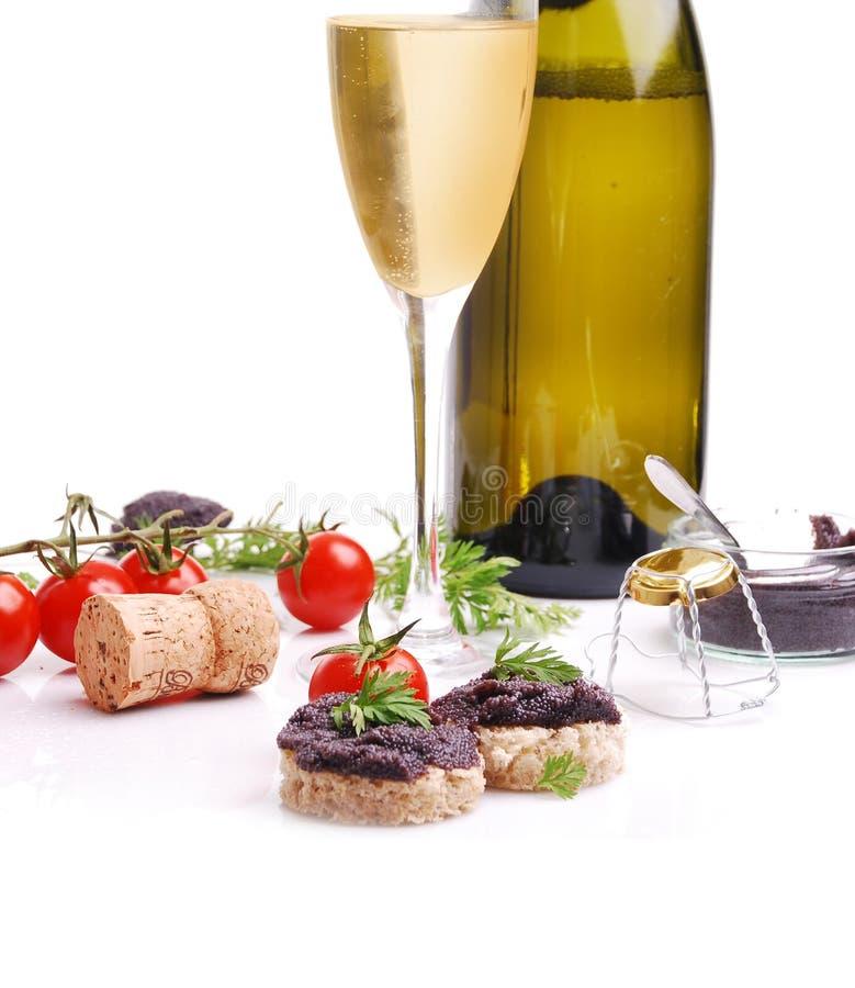 Frischer schwarzer Fischkaviar und -champagner stockfotografie