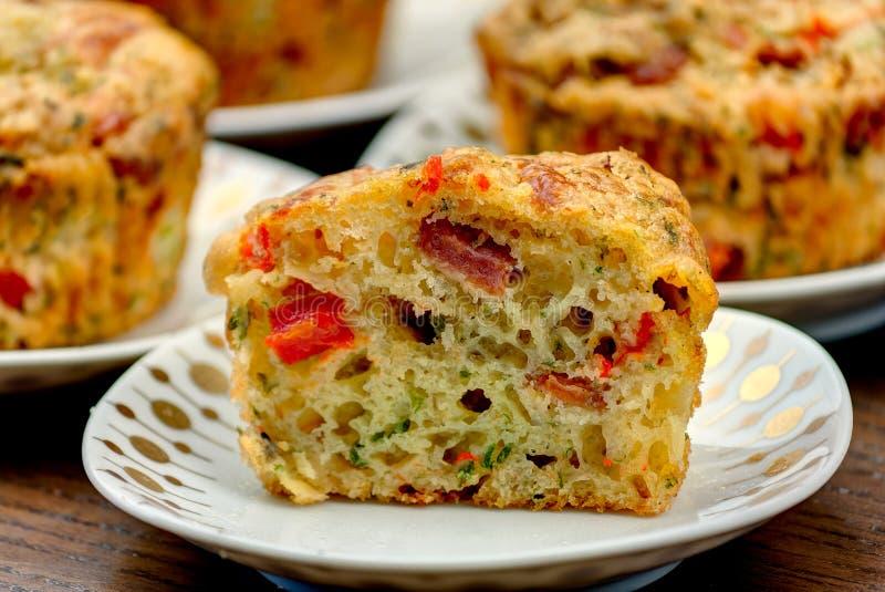 Frischer selbst gemachter gebackener Pizza-Muffin-Snack stockfoto