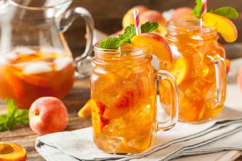 Frischer selbst gemachter Pfirsich-Bonbon-Tee stockfotos