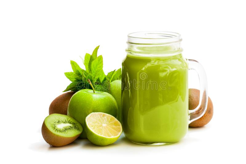Frischer Smoothie mit grünen Früchten in einem Glasgefäßbecher an lokalisiert lizenzfreies stockbild