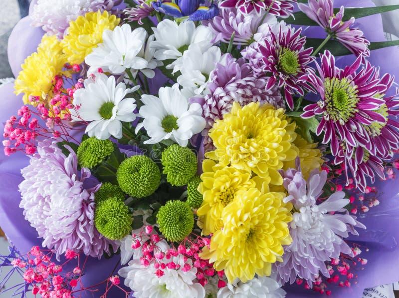Frischer Sommerblumenblumenstrauß am Bauernhofmarkt stockfoto