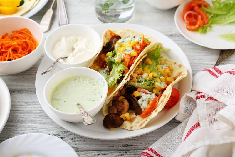 Frischer Taco mit Mais, Gemüse, Kopfsalat stockfotos