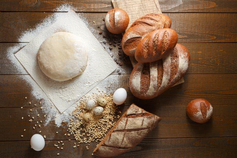 Frischer Teig im Mehl mit Roggenbrot stockfotos
