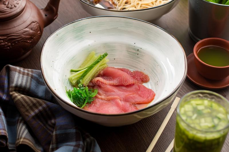 Frischer Thunfisch mit Gurke in einem chinesischen Restaurant lizenzfreies stockbild