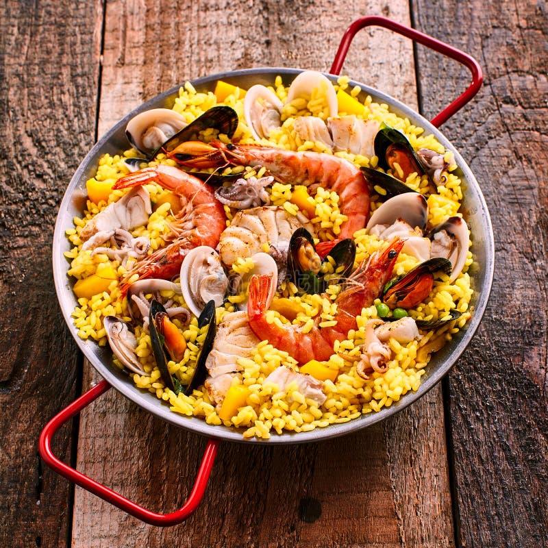 Frischer und bunter spanischer Meeresfrüchte-Paella-Teller stockbild