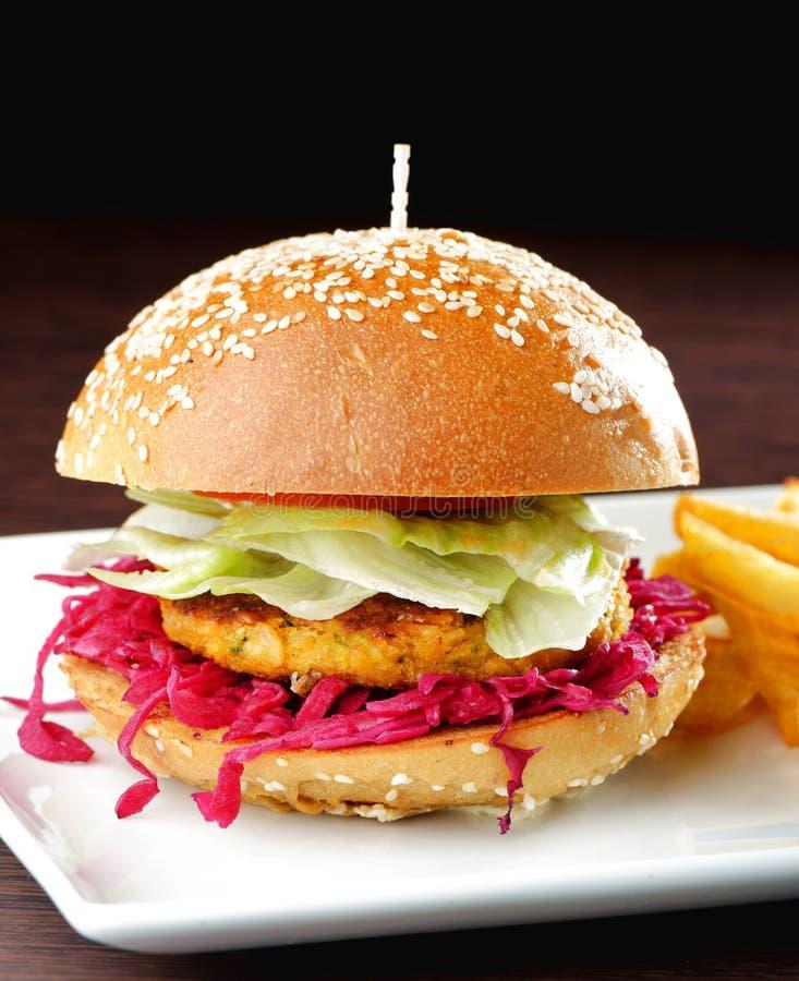 Frischer und gebratener Vegetarier-/Fischburger stockbild