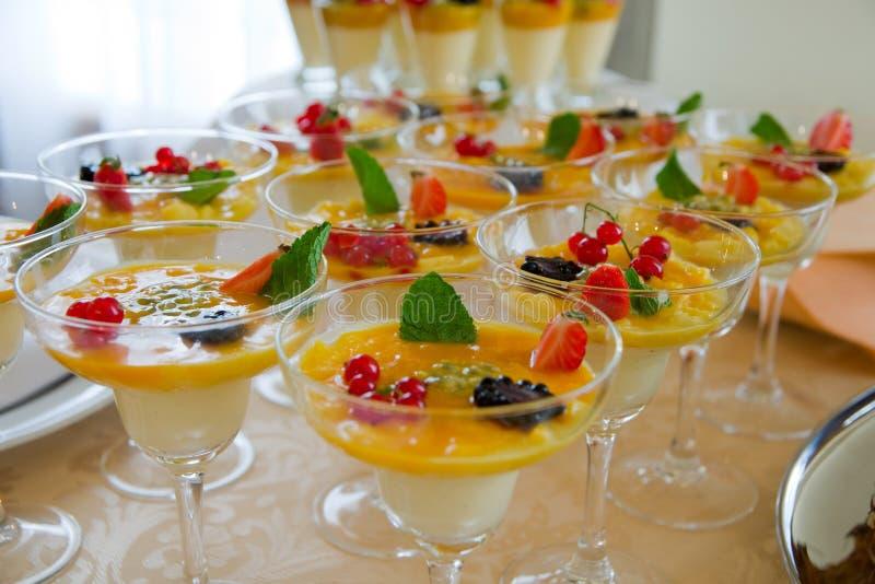 Frischer und geschmackvoller Fruchtnachtisch lizenzfreie stockfotografie