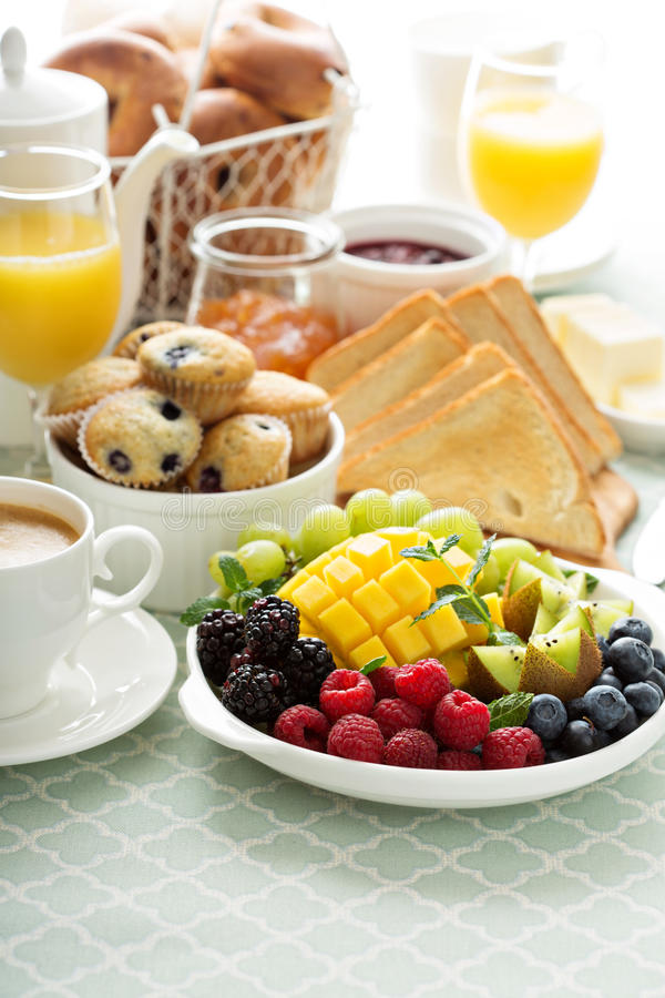 Frischer und heller kontinentaler Frühstückstisch stockbild