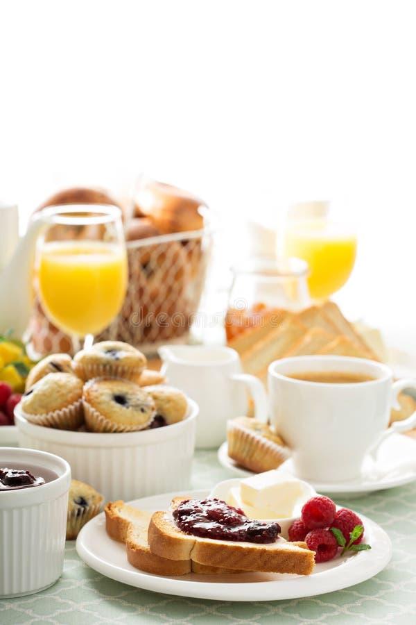 Frischer und heller kontinentaler Frühstückstisch stockfotos