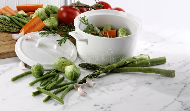 Frischer vegetarischer heißer Topf des Gartens stockbilder