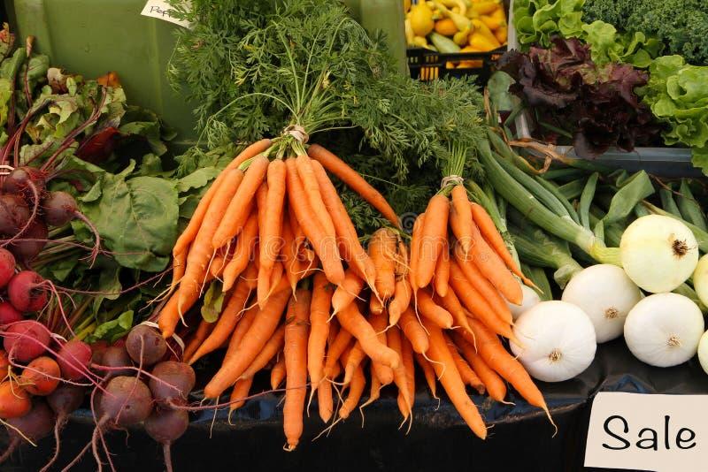 Frisches ausgewähltes Gemüse für Verkauf am Markt eines Landwirts lizenzfreie stockfotografie