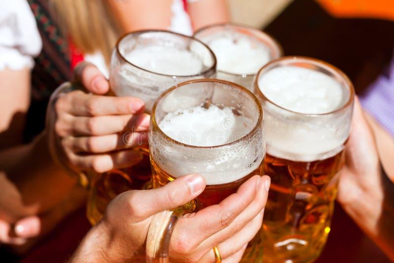 Frisches Bier in einem Biergarten stockbilder