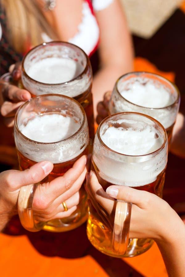 Frisches Bier in einem Biergarten lizenzfreies stockfoto