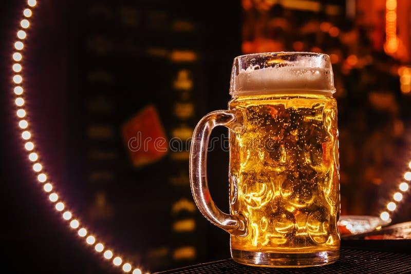 Frisches Bier in einem großen Kreis stockfotos