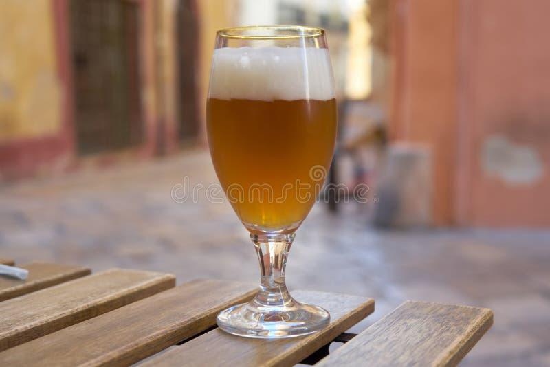 Frisches Bier-Glas in einer typischen Straße des italienischen Stadtzentrums stockbilder