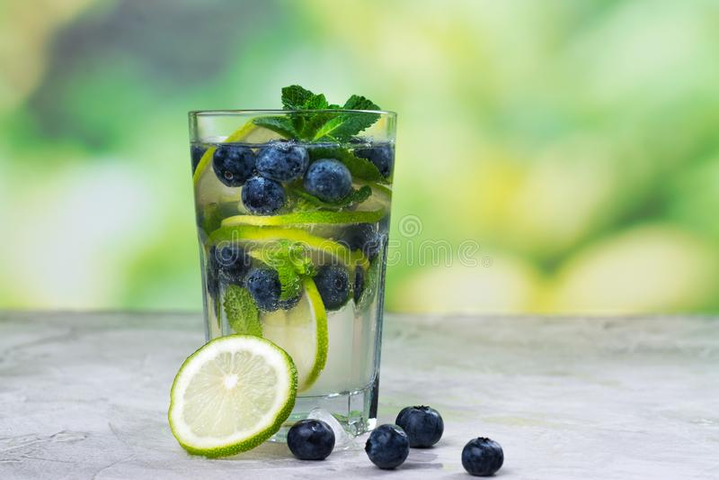 Frisches Blaubeersommer mojito Cocktail stockfoto