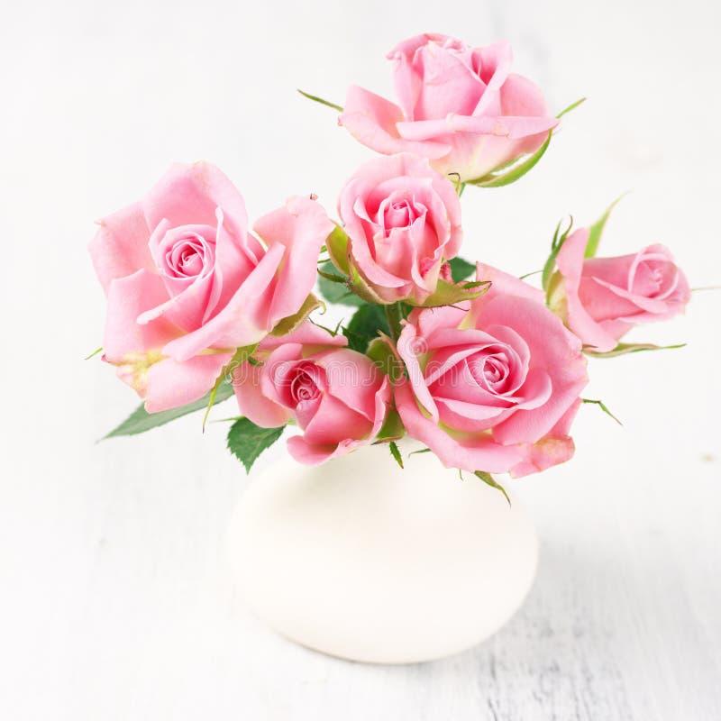 Frisches Blumenstraukett mit rosa Rosen lizenzfreie stockfotos