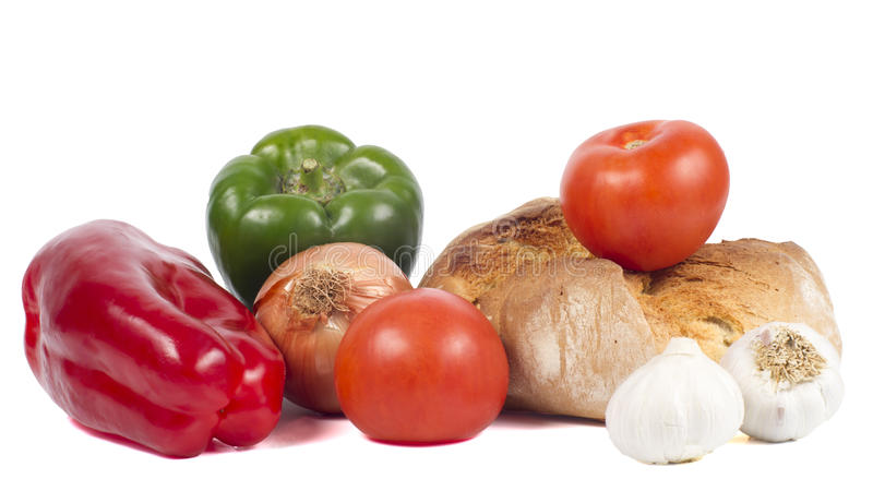 Frisches Brot mit Pfeffern, Tomaten, Zwiebel und Knoblauch lizenzfreie stockbilder
