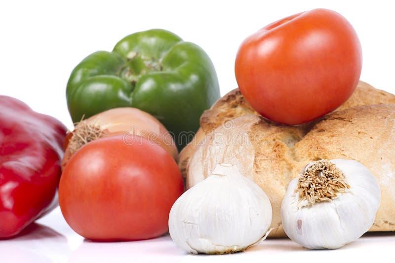 Frisches Brot mit Pfeffern, Tomaten, Zwiebel und Knoblauch lizenzfreie stockfotos