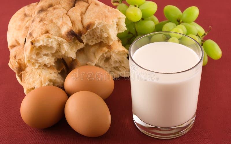 Frisches Brot mit Eiern und Glas Milch stockfotos