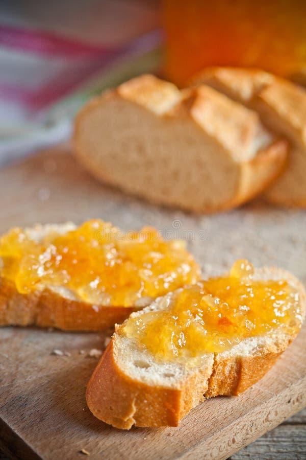 Frisches Brot mit Orangenmarmelade stockfotografie