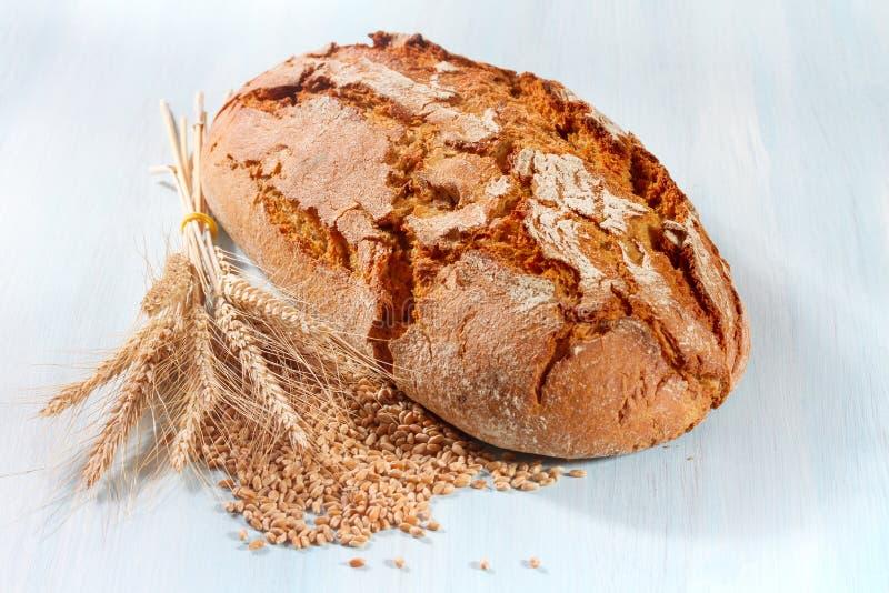 Frisches Brot mit Weizen lizenzfreies stockbild