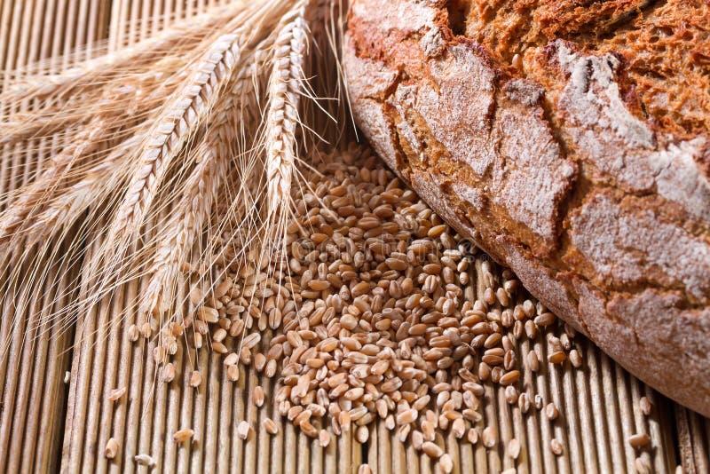 Frisches Brot mit Weizen lizenzfreie stockfotografie