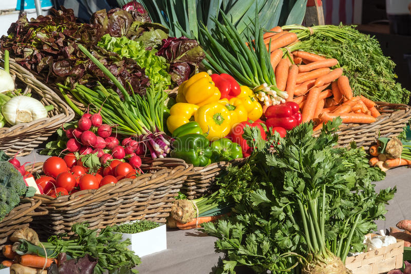 Frisches buntes Gemüse an einem Markt lizenzfreie stockfotos