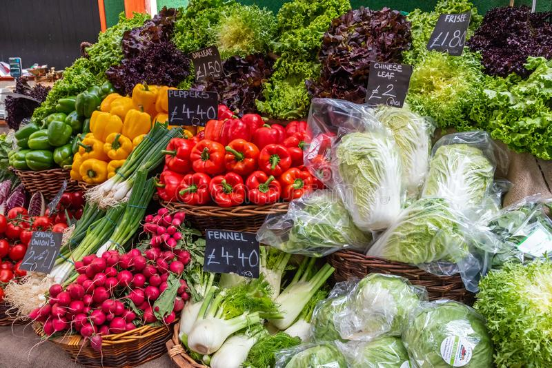 Frisches buntes Gemüse für Verkauf stockfotos