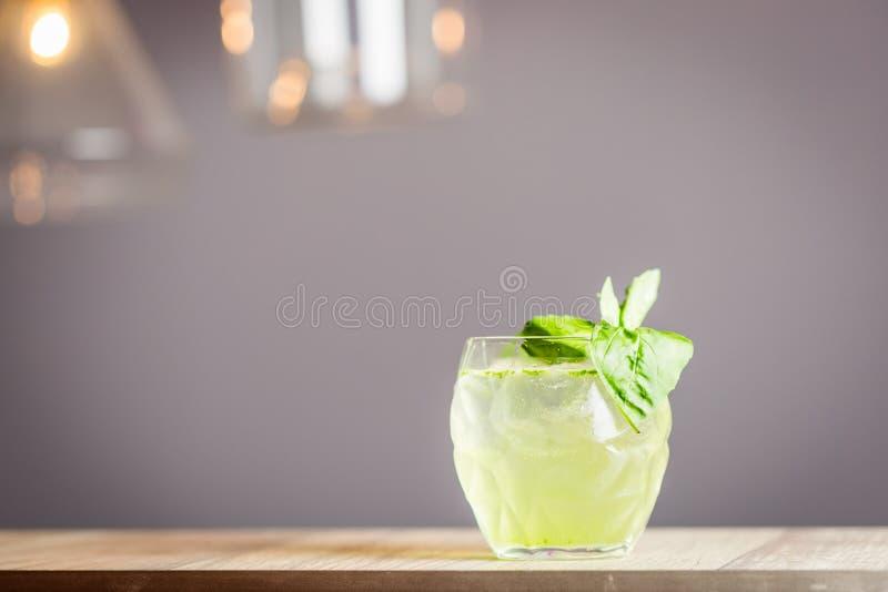 Frisches Cocktail mit Kalk und Basil Leaves, horizontale Ansicht, freier Raum für Text stockfoto