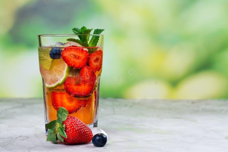 Frisches Erdbeersommer mojito Cocktail stockbild