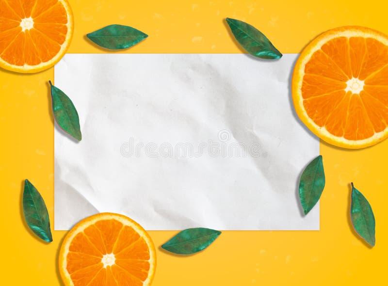 Frisches Frühlingssommerpapier mit orange Scheiben stockfoto