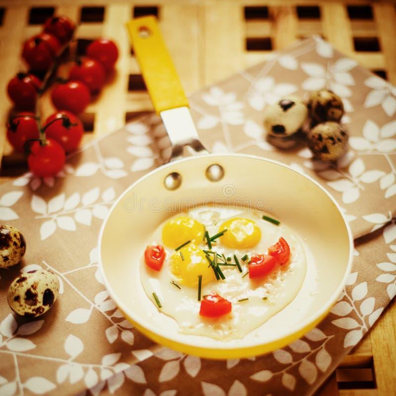 Frisches Frühstück mit Spiegeleiwanne lizenzfreie stockfotografie