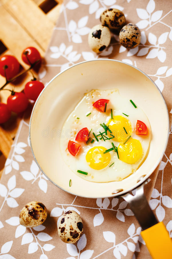 Frisches Frühstück mit Spiegeleiwanne stockfotografie