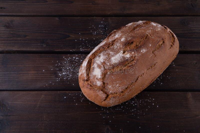 Frisches gebackenes Brot auf rustikalem Holztisch lizenzfreies stockbild